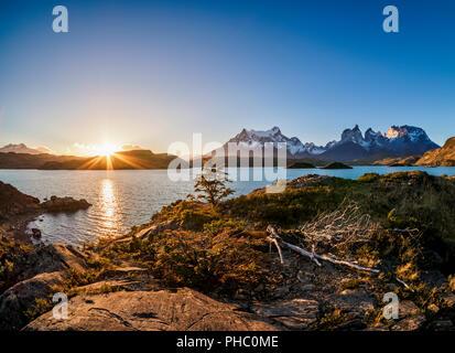 Vue sur le Lac Pehoe vers Paine Grande et Cuernos del Paine, coucher du soleil, Parc National Torres del Paine, Patagonie, Chili, Amérique du Sud Banque D'Images