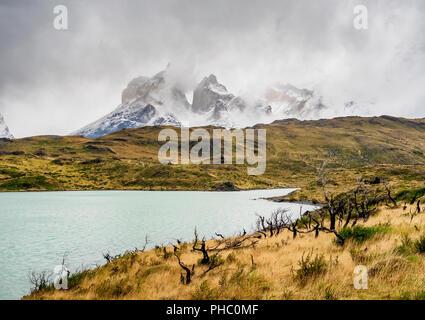 Vue sur le Lac Pehoe vers Cuernos del Paine, Parc National Torres del Paine, Patagonie, Chili, Amérique du Sud Banque D'Images