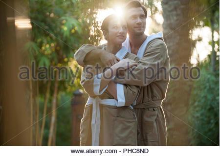Couple dans des peignoirs à Dubaï, Émirats Arabes Unis Banque D'Images