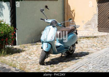 Une couleur bleu ciel Vespa 'city roller' scooter dans une rue pavée de Stein an der Donau, Autriche