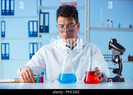 Funny mad chemist travaillant dans un laboratoire Banque D'Images