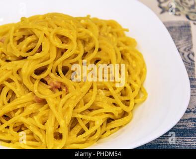 Spaghetti alla carbonara avec bacon, oeufs, et le poivre Banque D'Images