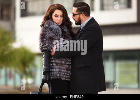 Mode jeune couple en conflit on city street Banque D'Images