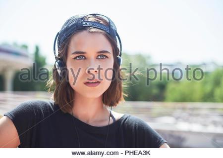 Portrait of teenage girl wearing headphones Banque D'Images