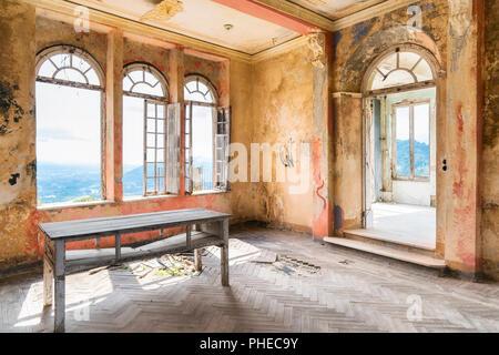 Spooky intérieur de maison en ruine abandonnée