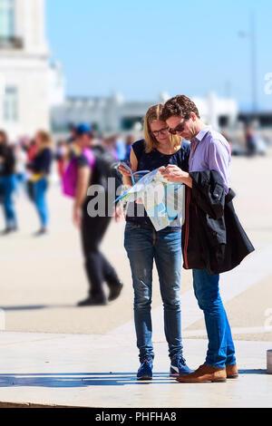 Lisbonne, Portugal - 27 mars 2018: deux touristes à la ville à la carte et guide à la place de Lisbonne, Portugal Banque D'Images