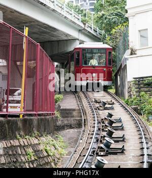 18 février 2018 - Hong Kong. Peak tram revient avec des touristes de la Pic Victoria jusqu'à la rue. Banque D'Images