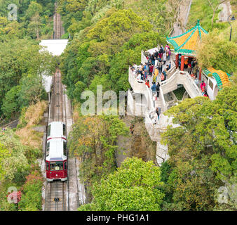 18 février 2018 - Hong Kong. La circonscription de touristes vieux rouge peak tram pour atteindre le sommet. Regarder les gens vue spectaculaire depuis le point d'observation. Banque D'Images