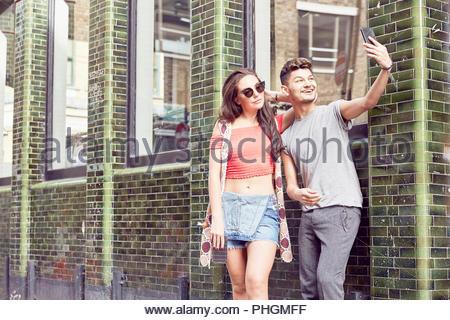 Couple en tenant ensemble selfies Banque D'Images