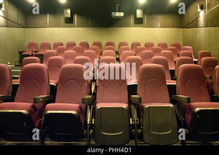 Des sièges vides dans la salle de cinéma