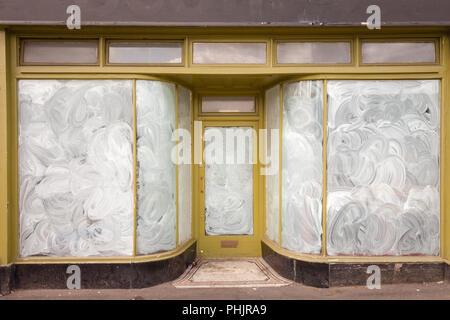 Boutique fermée en ville, baignoire UK Banque D'Images