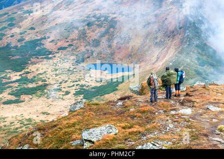 Groupe de personnes dans les montagnes de randonnée Banque D'Images