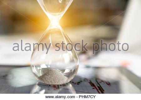 Le sable dans les vases du sablier mesurant Banque D'Images