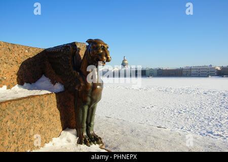 Frosty matin d'hiver et griffin sur le remblai de l'université