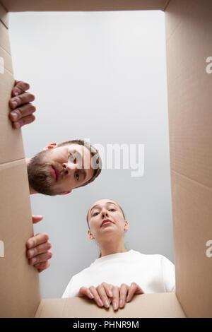 Couple à l'intérieur de la parcelle frustrés déçu par ordre Banque D'Images
