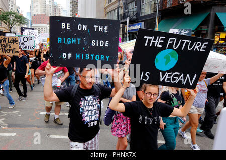 New York, NY, USA. 1er septembre 2018. Signes à l'attente des militants des droits des animaux officiel Mars NYC. Banque D'Images