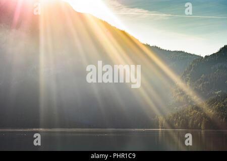 Altaussee: lac Altausseer See, soleil levant au-dessus de montagne, Ausseerland-Salzkammergut Trisselwand, Steiermark, Styrie, Autriche Banque D'Images