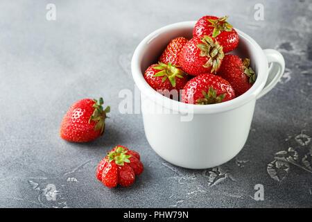 Frais jardin fraise au mug émaillé Banque D'Images