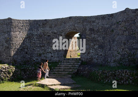 Les visiteurs déambuler dans les ruines du château de Nakagusuku à Kitanakagusuku, Village de la préfecture d'Okinawa, Japon, le 20 mai 2012. Nakagusuku Castle, qui dat Banque D'Images