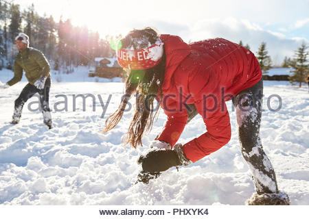 Young couple having snowball fight Banque D'Images