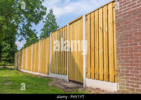 Nouvelle clôture en bois avec mur de brique de construction aux Pays-Bas Banque D'Images