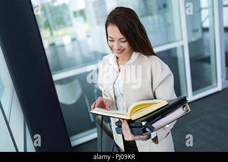 Portrait of young businesswoman allant à l'office de tourisme