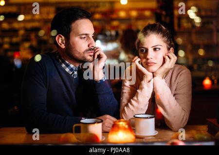 Triste couple having conflits et problèmes de rapport Banque D'Images