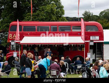 Henley-on-Thames, Royaume-Uni - 27 août 2018: Un classique London Routemaster bus transformé pour l'utiliser comme bar mobile, vu ici à Henley Pays C Banque D'Images