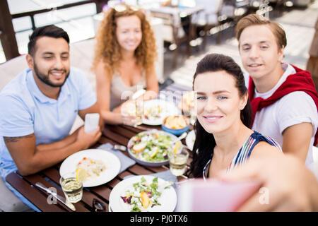 Les amis de prendre en Selfies Cafe Banque D'Images