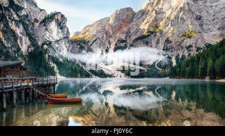 Vue panoramique du lac Braies avec la cabane et bateaux en montagnes des Dolomites et Seekofel le matin, Sudtirol, Italie Banque D'Images