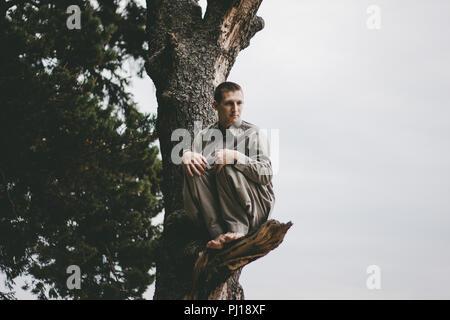 L'homme se déplaçant dans des forêts nature Banque D'Images