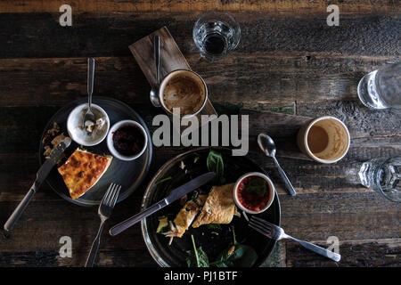 Cassolette d'omelette, Fromage cottage aux bleuets et petit-déjeuner Café Banque D'Images