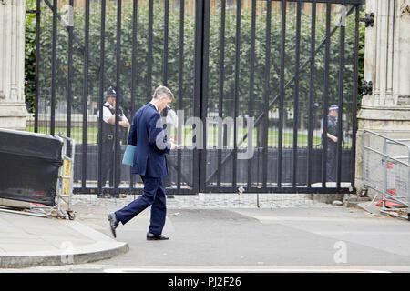 Londres, Royaume-Uni. 4 septembre 2018. Parti conservateur britannique, homme politique et député de Jacob Rees-Mogg sur son téléphone en passant les chambres du Parlement aujourd'hui. Crédit: Kevin Frost/Alamy Live News Banque D'Images