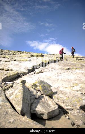 Les gens qui vont jusqu'au sommet de la montagne sur une journée ensoleillée d'automne Banque D'Images
