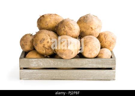 Pommes de terre nouvelles en boîte bois isolated on white Banque D'Images