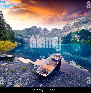 Matin d'été colorés sur le lac Oeschinen - unique (l'Oeschinensee), UNESCO World Heritage Site. La Suisse, l'Europe. Banque D'Images
