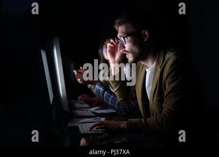 Fatigué des employés travaillant au bureau de nuit Banque D'Images
