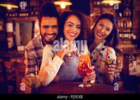 Portrait of young friends having drinks Banque D'Images