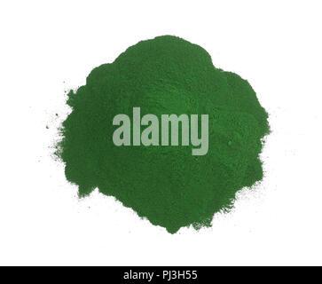 Poudre d'algue spiruline isolé sur fond blanc. Vue d'en haut