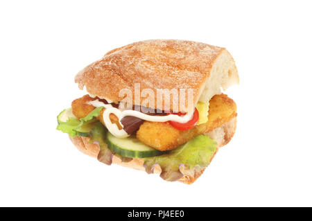 Les bâtonnets de poisson et de la salade dans un rouleau de ciabatta blanc isolé contre Banque D'Images