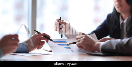 Close up. l'équipe entreprises analyse les données financières. Banque D'Images