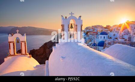 Oia, Santorin. Image du célèbre cyclades Oia village situé à l'île de Santorin, sud de la mer Egée, en Grèce. Banque D'Images