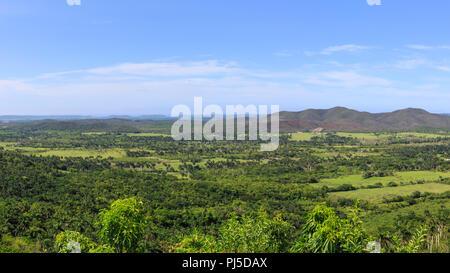 Vue panoramique sur lush green rural campagne, collines et lacs près de Valle de Picadura, Province de Mayabeque, Cuba Banque D'Images