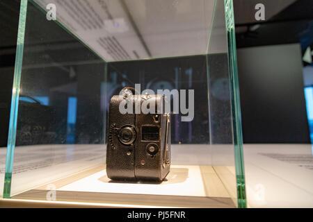 Vieux rétro caméras dans Eye Film Museum à Amsterdam, Pays-Bas Banque D'Images