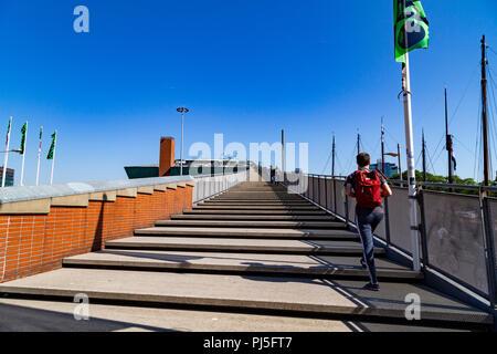 Les escaliers qui vont sur le toit de Nemo Science Museum à Amsterdam, Pays-Bas