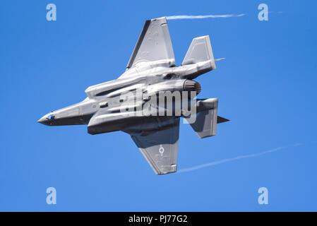 US Air Force Lockheed Martin F-35A Lightning II stealth fighter jet au Royal International Air Tattoo RIAT RAF Fairford. Ciel bleu