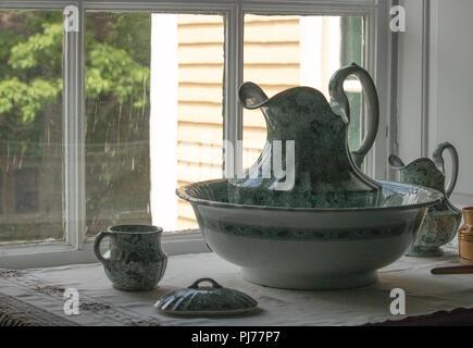 Pichet et bol antique de années 1800, assis sur lavabo, romantique vintage l'élégance victorienne Banque D'Images