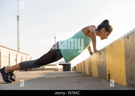 Femme Fitness faire poussez se lève une soirée d'entraînement de formation Concept vue côté sport style de vie sain Banque D'Images