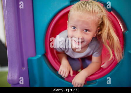 Portrait mignon, happy girl playing in tube Banque D'Images