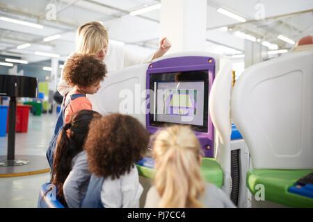 L'enseignant et les étudiants à l'exposition interactive dans science center Banque D'Images
